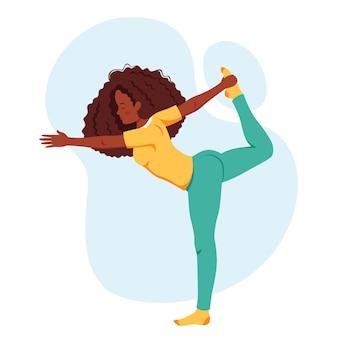 ヨガを練習しているアフリカ系アメリカ人の女性健康的なライフスタイルは瞑想をリラックスします