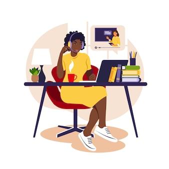 コンピューターで勉強するアフリカの女の子。オンライン学習の概念。ビデオレッスン。遠隔教育。