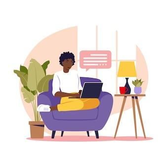 안락의 자에 노트북과 함께 앉아 아프리카 여자입니다. 일하고, 공부하고, 교육하고, 집에서 일하기 위한 개념 삽화. 플랫. 벡터 일러스트 레이 션.
