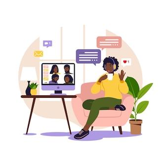 集合的な仮想会議やグループビデオ会議にコンピューターを使用しているアフリカの女性。オンラインで友達とチャットしているデスクトップの男。ビデオ会議、リモートワーク、技術コンセプト。