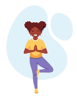 Афроамериканская девушка занимается йогой, гимнастической йогой и медитацией для детей
