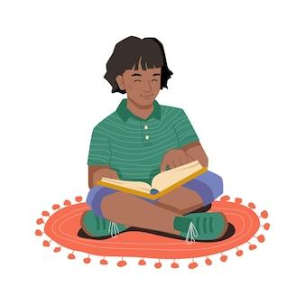 Афро-американская девушка с книгой, сидя на ковре