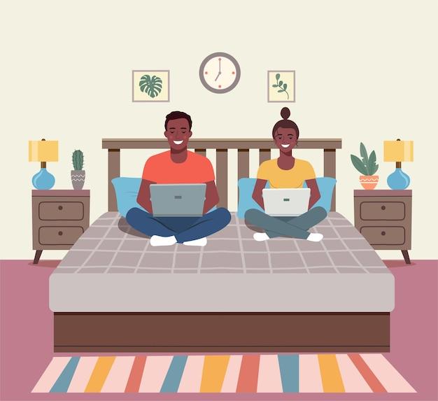 아프리카 미국 남자와 여자 노트북과 함께 소파에 앉아. 인테리어 공간 침실. 평면 그림