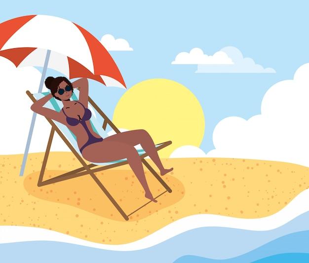 ビーチの夏の休暇シーンのアフロ女性