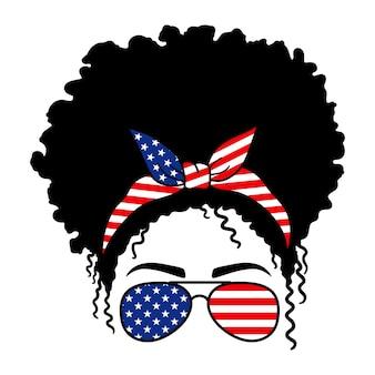 비행사 안경 두건과 미국 국기 프린트를 하고 있는 아프리카 여성 지저분한 롤빵 엄마