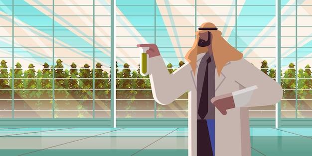 化学物質で試験管を保持している農業エンジニアアラブ人農民温室で植物を研究している農業科学者の概念水平肖像画ベクトル図
