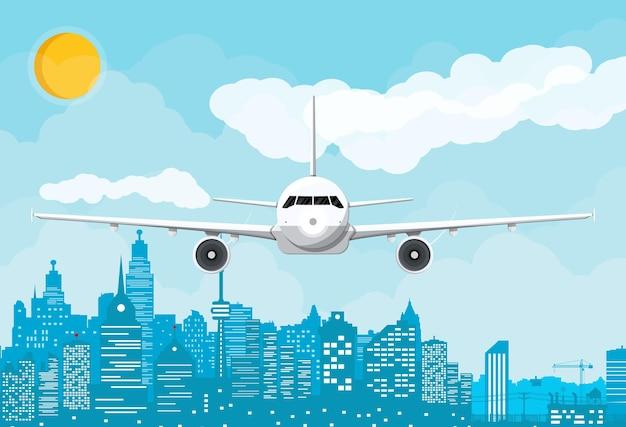 日中の飛行機と街のスカイラインのシルエット