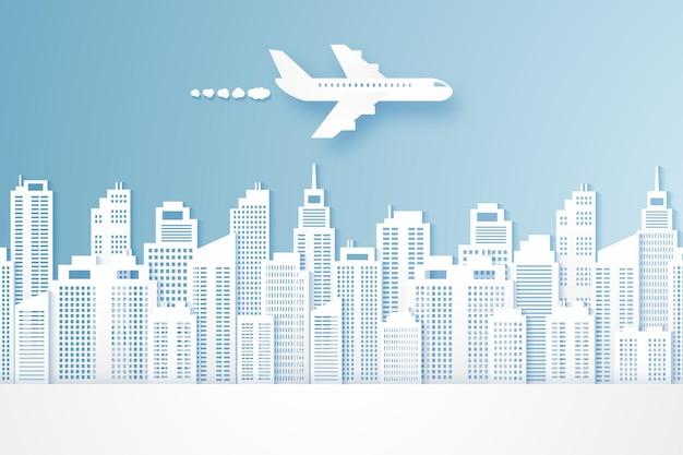 Самолет, летящий над зданиями, городской пейзаж, стиль бумажного искусства