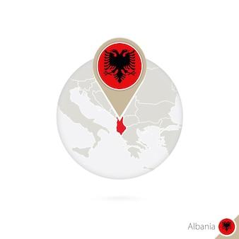 알바니아 지도 및 원 안에 플래그입니다. 알바니아의 지도, 알바니아 플래그 핀입니다. 세계 스타일의 알바니아 지도. 벡터 일러스트 레이 션.