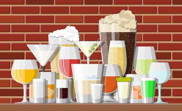 Коллекция алкогольных напитков в бокалах в баре. водка шампанское вино виски пиво бренди текила коньяк ликер вермут джин ром абсент самбука сидр бурбон ..