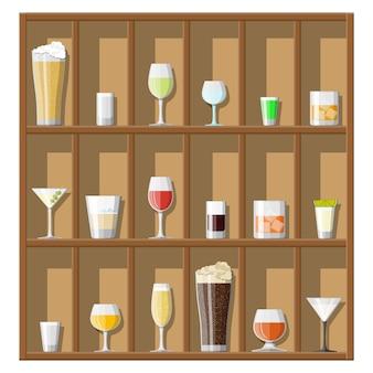Коллекция алкогольных напитков в очках на полках.