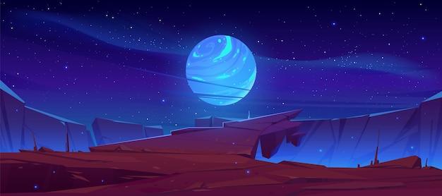 Superficie del pianeta alieno, paesaggio futuristico con luna incandescente o satellite sopra la scogliera di roccia nel cielo stellato scuro