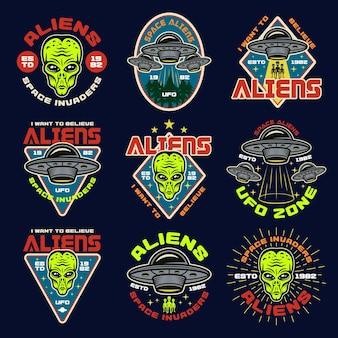 Пришельцы и нло набор из девяти цветных эмблем, этикеток, значков, наклеек или принтов. векторные иллюстрации в винтажном стиле