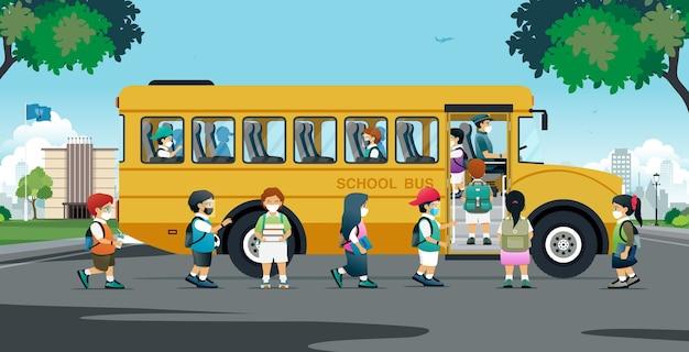 Все ученики надели защитные маски и сели в школьный автобус домой.