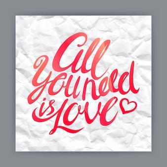 Все, что вам нужно, это любовь - нарисованная от руки цитата на фоне мятой бумаги