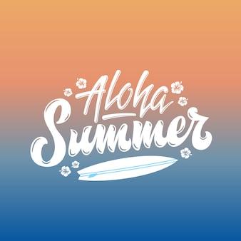 Aloha summer surfing абстрактная рука надписи приветствие gard, знак или плакат. доска для серфинга и гавайи цветы иллюстрации. от оранжевого до синего солнца над морским градиентным фоном