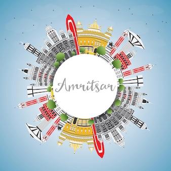 Горизонты города амритсар индия с серыми зданиями, голубым небом и копией пространства. векторные иллюстрации. деловые поездки и концепция туризма с исторической архитектурой. городской пейзаж амритсара с достопримечательностями.
