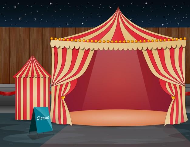 Парк аттракционов ночью с открытой цирк-шапито