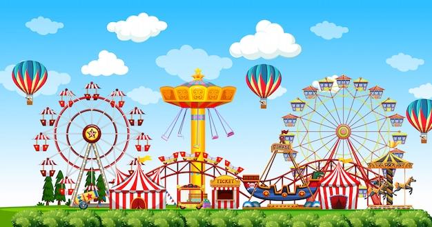 Сцена в парке развлечений в дневное время с воздушными шарами в небе