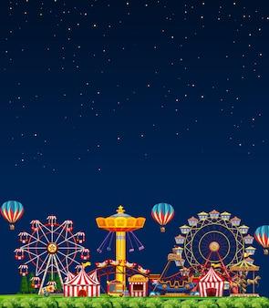 빈 어두운 푸른 하늘 밤에 놀이 공원 현장
