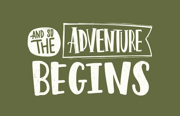 Слоган, сообщение или фраза and so the adventure begins написаны элегантным скорописным каллиграфическим шрифтом на ленте. рукописные надписи, изолированные на зеленом фоне. монохромный векторные иллюстрации.