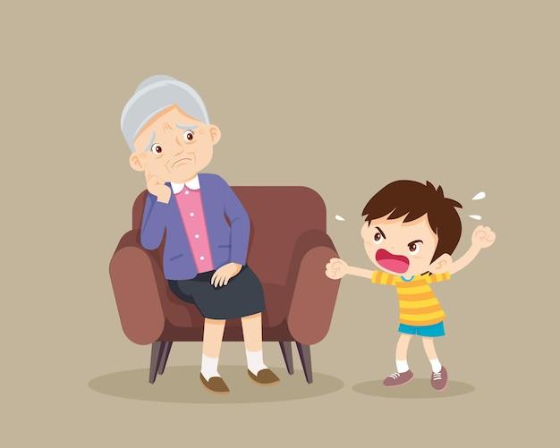 怒っている少年は悲しい年配の女性に叱る攻撃的な子供は怖がっている年配の女性に悲鳴を上げる