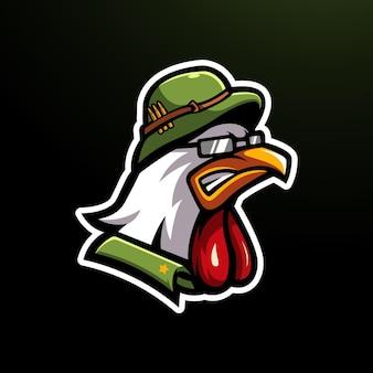 군용 헬멧을 쓰고 화난 닭