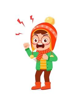 Злой милый маленький ребенок кричит и носит куртку зимой