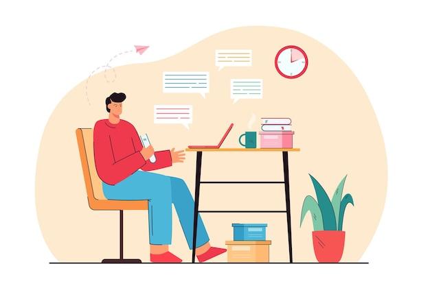 ノートパソコンでおしゃべりテーブルに座っている怒っている男。友人との会話が悪い男性。