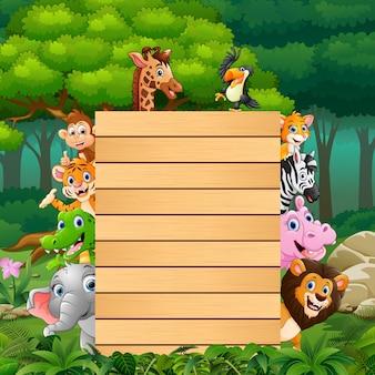 フォレスト内のブランクサイン木を持つ動物 Premiumベクター