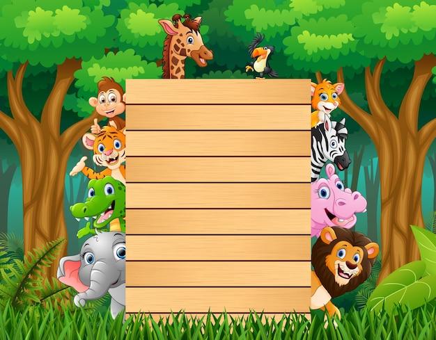 Животные с пустым знаком дерева в лесу