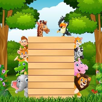 Животные с деревом пустой знак в джунглях
