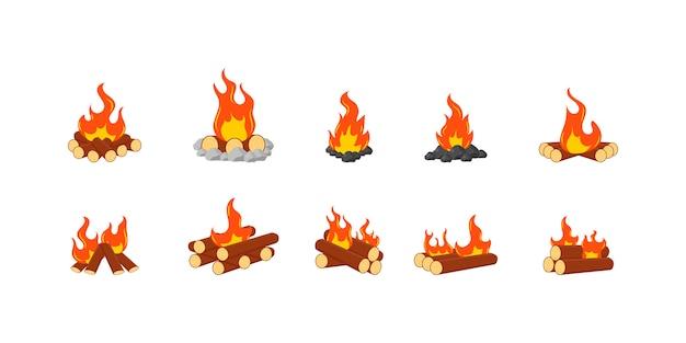 Анимационный набор пламени на дровах или в огне. собрание горящих костров или лагерных костров изолированных на белой предпосылке. деревянный костер, символ путешествий и приключений.