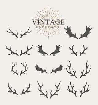 枝角。白い背景の上の手描きの鹿の角のセットです。ヴィンテージの孤立したアイコン。