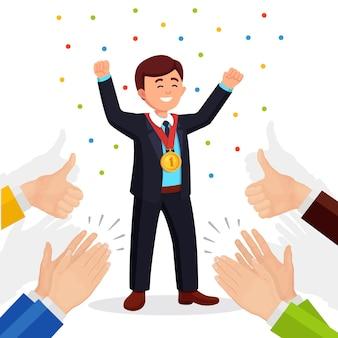 Аплодисменты, овации, аплодисменты победителю. деловой человек с золотой медалью, размахивая руками перед аудиторией