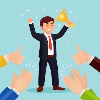 Аплодисменты, овации, аплодисменты победителю. деловой человек с трофейным кубком, размахивая руками перед публикой
