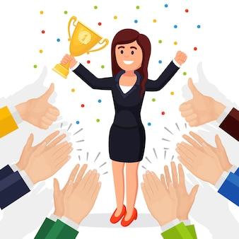 Аплодисменты, овации, аплодисменты победителю. деловая женщина с трофейным кубком машет руками аудитории