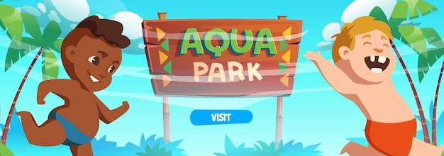 Banner di parco acquatico con bambini felici sulla spiaggia del mare con palme e cartello in legno