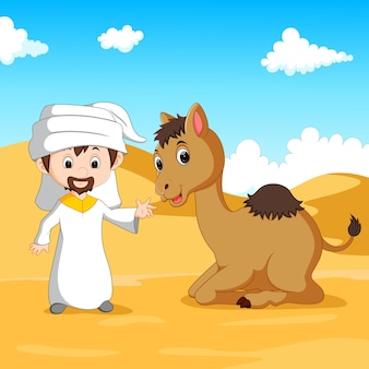 アラブ人の少年と砂漠のラクダ