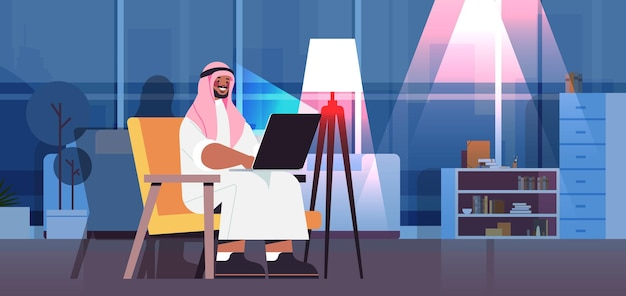 Арабский бизнесмен-фрилансер, работающий на ноутбуке арабский человек, использующий ноутбук в социальных сетях, общение в сети
