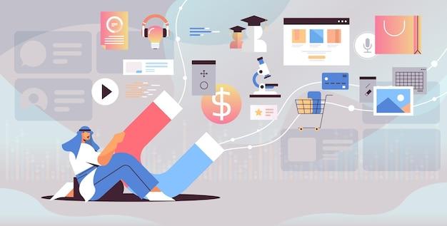 Арабский бизнесмен, держащий большой магнит, рекламная кампания, концепция маркетинга в социальных сетях