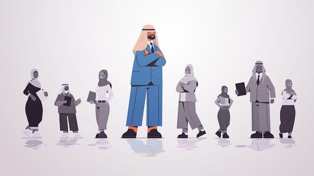 アラビアのビジネスマングループのリーダーシップビジネス競争の概念の完全な長さの図の前に立っているアラブのビジネスマンのリーダー