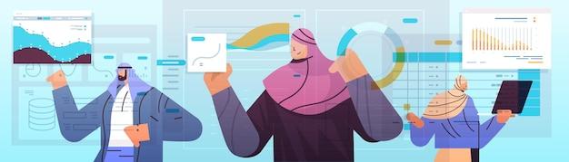 Группа арабских бизнесменов анализирует диаграммы и графики финансовой статистики, планирование анализа данных, концепция стратегии компании, портрет, горизонтальная векторная иллюстрация
