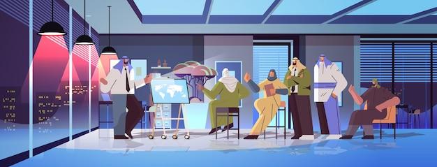 Команда арабских бизнесменов обсуждает во время встречи конференции успешная совместная работа мозговой штурм концепция темная ночь интерьер офиса горизонтальная полная длина векторная иллюстрация