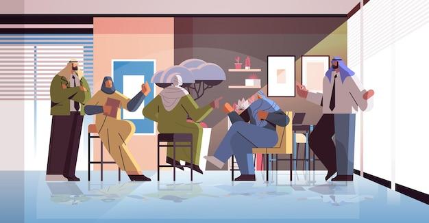 Команда арабских бизнесменов обсуждает во время встречи конференции успешную концепцию мозгового штурма