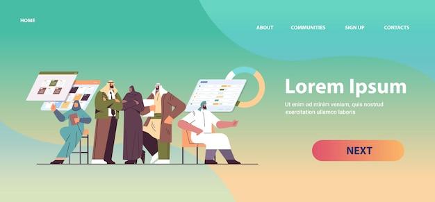 Команда арабских бизнесменов обсуждает во время корпоративной встречи мозговой штурм концепция совместной работы по развитию бизнеса горизонтальная полная копия пространства векторные иллюстрации