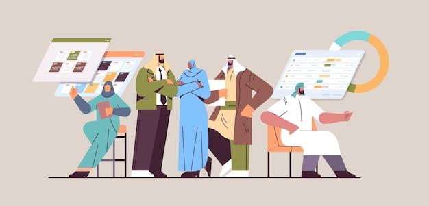 Команда арабских бизнесменов обсуждает во время корпоративной встречи мозговой штурм концепция совместной работы по развитию бизнеса горизонтальная полная длина векторная иллюстрация
