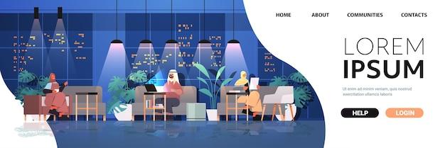 Арабские бизнесмены, работающие в творческом открытом пространстве арабские деловые люди, команда в ночном темном офисе, горизонтальная полная копия пространства, векторная иллюстрация