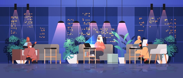 Арабские бизнесмены, работающие в творческом открытом пространстве группа арабских деловых людей в ночном темном офисе горизонтальная полная длина векторная иллюстрация