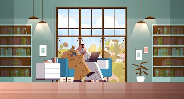 노트북 온라인 쇼핑 개념을 사용하여 신용 카드를 가진 아랍 커플 현대 거실 인테리어 수평 전체 길이 벡터 삽화 함께 상품 주문 남자 여자